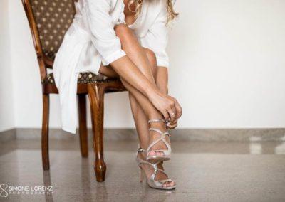 la sposa allaccia le scarpe al Matrimonio country chic in Villa Pesenti Agliardi, Bergamo