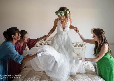 preparazione sposa con amiche al Matrimonio country chic in Villa Pesenti Agliardi, Bergamo