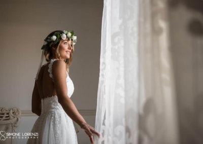 ritratto sposa alla finestra al Matrimonio country chic in Villa Pesenti Agliardi, Bergamo