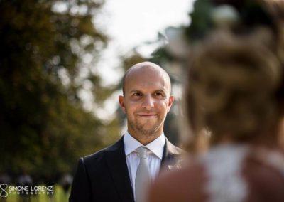 sguardo dello sposo al Matrimonio country chic in Villa Pesenti Agliardi, Bergamo