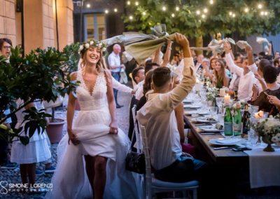 ingresso della sposa alla cena acclamata con tovaglioli sventolati al Matrimonio civile in Villa Pesenti Agliardi, Bergamo