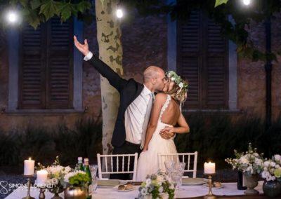 bacio degli sposi durante la cena al Matrimonio civile in Villa Pesenti Agliardi, Bergamo