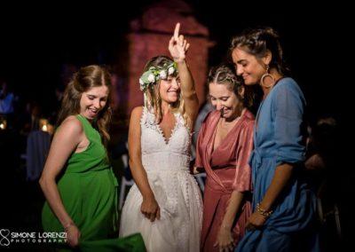 sposa e amiche che ballo al Matrimonio civile in Villa Pesenti Agliardi, Bergamo